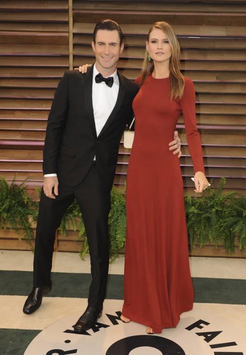 Adam Levin cùng vị hôn thê Behati Prinsloo - thiên thần Victoria's Secret.