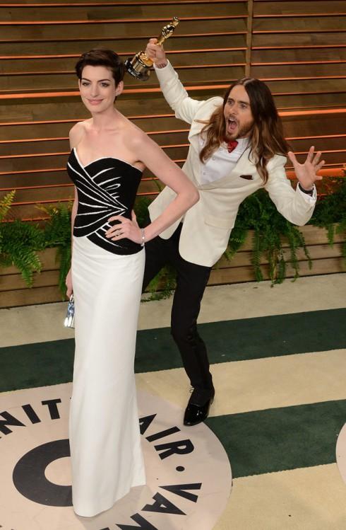 Jared Leto nghịch ngợm khi phóng viên đang chụp ảnh Anne Hathaway.