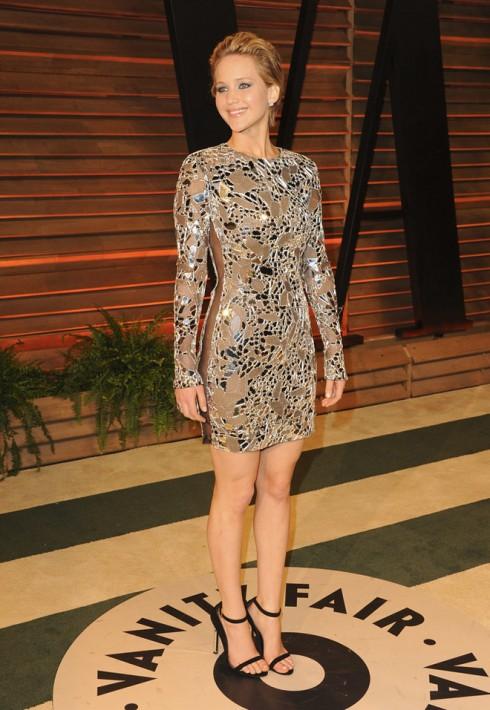 Jennifer Lawrence gây sốc với chiếc váy Tom Ford lộ rõ cô không mặc nội y.