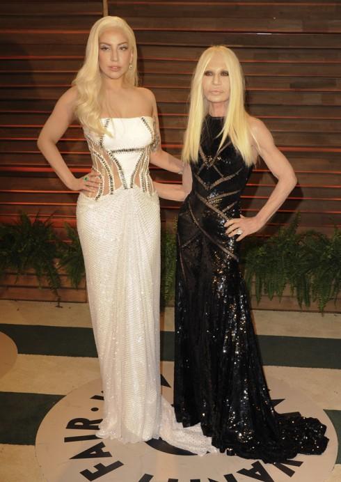 Ca sĩ Lady Gaga và bạn thân của cô - nhà thiết kế Donatella Versace.