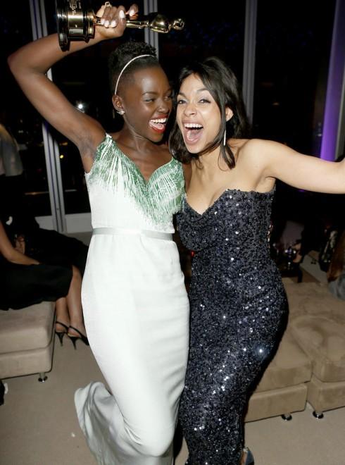 Lupita Nyong'o vui vẻ rạng ngời suốt bữa tiệc.