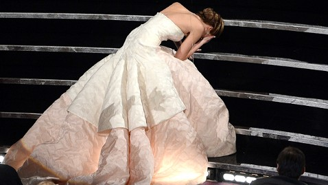 J.Law đã từng té ngã vào Oscar năm ngoái khi lên sân khấu nhận giải Diễn viên chính xuất sắc nhất