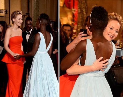Jennifer Lawrence, người được đề cử chung hạng mục Nữ diễn viên phụ xuất sắc nhất, chúc mừng Lupita xứng đáng nhận giải Oscar năm nay.