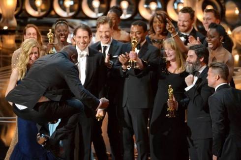 Đạo diễn kiêm nhà sản xuất Steve McQueen nhảy cẩng lên vì mừng rỡ khi nhận giải Oscar cho Phim xuất sắc nhất.