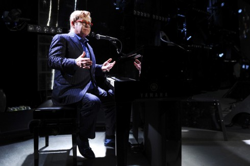 Elton John biểu diễn trong bữa tiệc cho ông chủ trì, gây quỹ giúp đỡ bệnh nhân AIDS.