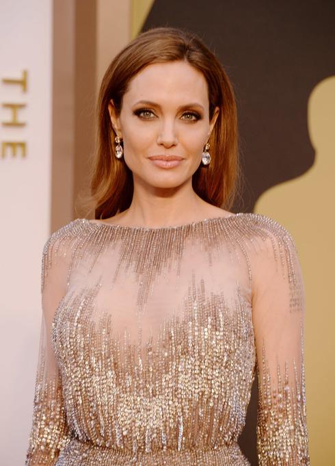 Angelina với mái tóc dợn sóng nhẹ tự nhiên và trẻ trung