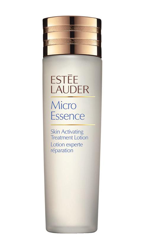 <strong>Micro Essence – Estée Lauder</strong><br /> Sữa dưỡng ẩm chứa tinh chất được sáng chế dành riêng cho làn da châu Á. Chiết xuất Vi Dưỡng Chất (Micro-Nutrien Bio-Ferment) thấm sâu nuôi dưỡng những tế bào sâu bên trong, giảm thiểu những dấu hiệu lão hóa. Làn da trông sáng hồng rạng rỡ. (2.500.000 VNĐ)