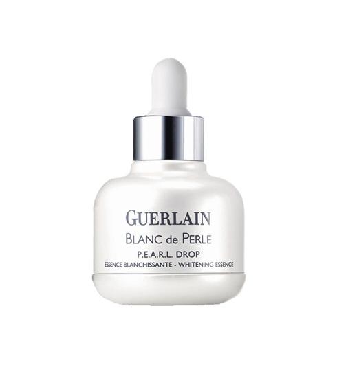 <strong>Blanc De Perle Drop – Guerlain</strong><br /> Tinh chất dưỡng trắng sáng tự nhiên với công thức Pearl Complex chứa chiết xuất ngọc trai tác động đến tận gốc của đốm nâu, giảm thiểu kích thước, số lượng và mức độ sinh sản melanin để cải thiện hệ thống tuần hoàn và vẻ đẹp của làn da. (3.180.000 VNĐ)