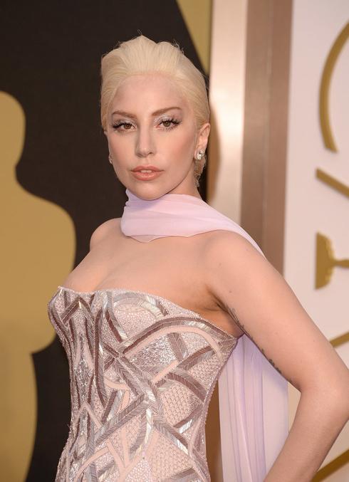 Còn trong Lễ trao giải, cô chọn kiểu tóc búi sang trọng quý phái.