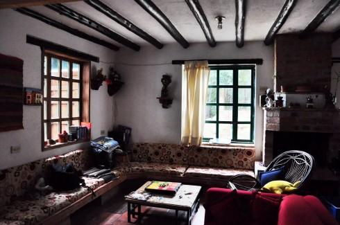 phòng khách xinh xắn ở Casa Vienna tại thị trấn Villa De Leyva. Ngôi nhà chỉ có 4 phòng cho thuê, chủ nhà là cặp vợ chồng người Áo và Colombia. Mỗi ngày, vị chủ nhà còn đem cả cải xà lác...