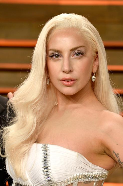 Lady Gaga để tóc buông dài dợn sóng quyến rũ khi tham gia tiệc hậu Oscar