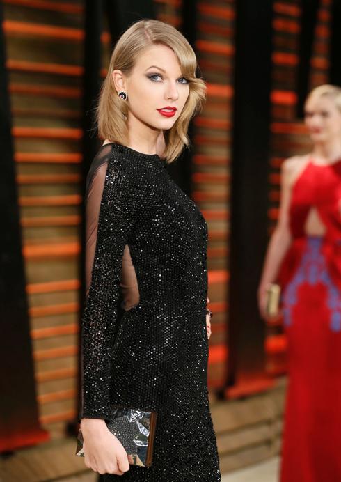Riêng Taylor Swift vẫn trung thành với màu son đỏ đặc trưng, chứ không chọn màu môi hồng nhạt như các sao khác.