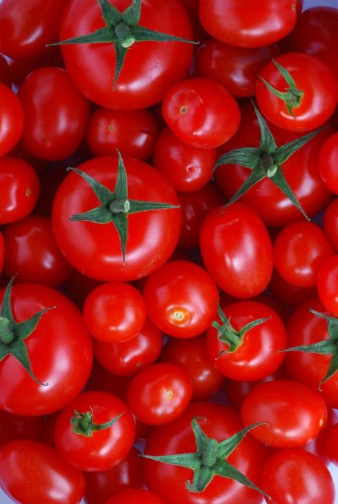 1. Cà chua: <br/>Cà chua là phương pháp giảm cân mới nhất của phụ nữ Nhật. Loại quả này mọng nước, giàu chất xơ, vitamin C, A, chứa lượng calo rất thấp và đặc biệt nó giúp bạn giảm được ít nhất 2kg trong một tháng. Để đảm bảo hiệu quả tốt nhất, bạn nên ăn một quả cà chua trước mỗi bữa ăn, hoặc hai quả cà chua trước bữa tối. Mặc dù cà chua có thể giúp bạn giảm 2kg ngay trong tháng đầu tiên nhưng các chuyên gia dinh dưỡng Nhật khuyên bạn nên ăn liên tục trong 3 - 6 tháng để duy trì hiệu quả và tránh tăng cân trở lại sau khi ngừng ăn cà chua.