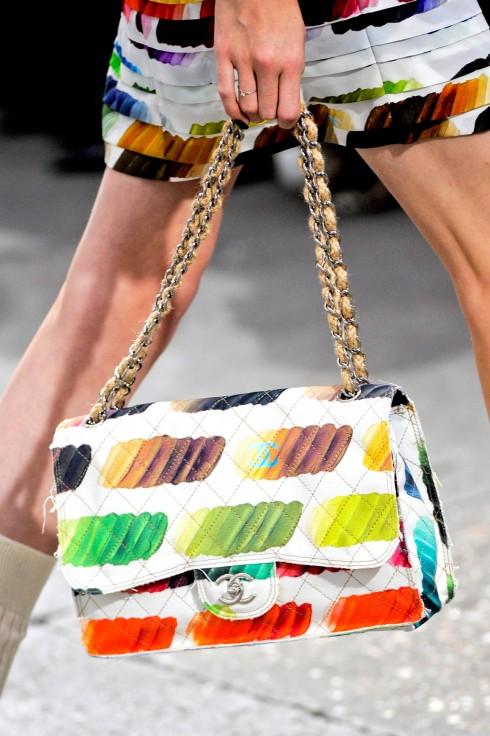 1. CHANEL RAINBOW FLAP BAG <br/>Lấy cảm hứng từ nghệ thuật đương đại, chiếc túi Chanel nhấn mạnh yếu tố màu sắc và chất liệu hội họa. Với cả một bảng màu sặc sỡ được Karl Lagerfeld tung hứng khéo léo và vô cùng hài hòa.