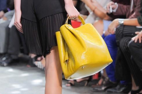 7. DIOR CROCODILE DIORIFIC BAG <br/>Hãng thời trang danh tiếng Dior vừa tung ra dòng túi Diorific mới với những đường cắt đơn giản, thanh lịch bằng chất liệu da cá sấu với những màu sắc và họa tiết trang trí bắt mắt.