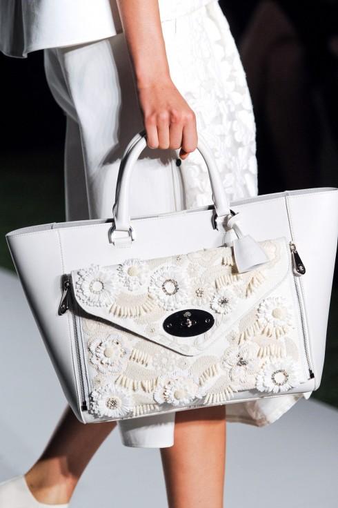 9. MULBERRY WHITE LACE WILLOW BAG <br/>Phong phú về kiểu dáng,  tinh tế về chất liệu, chiếc túi Mulberry mùa này được điểm tô bằng những bông hoa chất liệu ren sang trọng và thanh lịch.