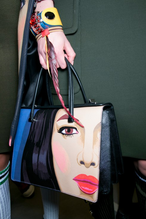 10. PRADA FACE MURAL TOTE BAG <br/>Tràn đầy năng lượng nữ quyền trong những bức tranh được in lên thiết kế của Prada. Một chiếc túi mà mọi phụ nữ ao ước.
