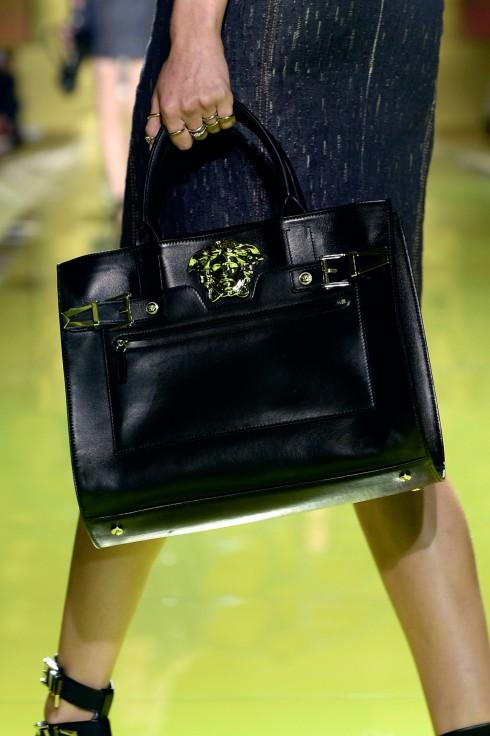 """2. VERSACE PALAZZO BAG <br/>Mẫu túi xách """"Palazzo Bag"""" được làm hoàn toàn bằng chất liệu da cao cấp với độ mềm mại tuyệt đối với điểm nhấn logo Medusa đặc trưng của nhà mốt Versace."""
