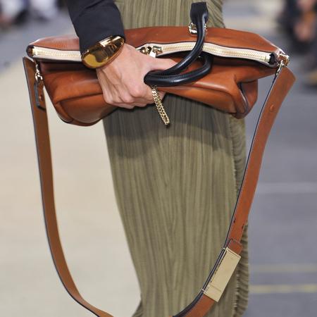 4. CHLOE FOLD-OVER BAYLEE BAG <br/>Hãy quên đi những mẫu clutch nhỏ xinh, mùa mốt năm nay, những chiếc túi cầm tay size lớn mới thực sự là tâm điểm, Chloé với mẫu túi xách BAYLEE với chất liệu da tuyệt  vời được gập lại để cầm tay trông thật thanh lịch và vô cùng chic!