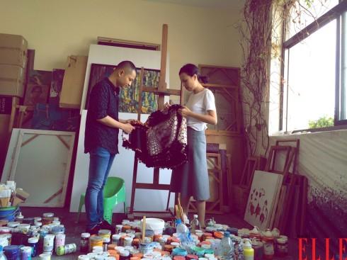 Chỉ đạo mỹ thuật Dzũng Yoko và stylist Kim Tuyến trao đổi về ý tưởng bộ ảnh.