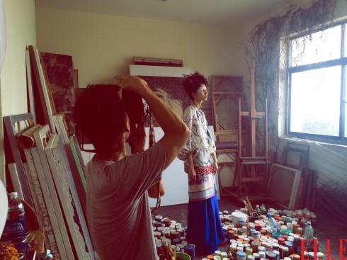 Nhiếp ảnh gia Tang Tang đang thử máy cùng người mẫu Thùy Dương