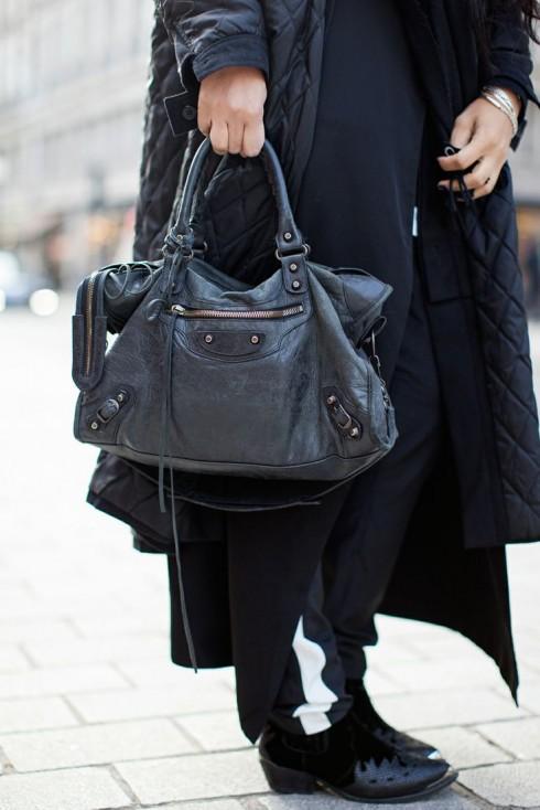 Balenciaga Lariat là một trong những mẫu túi dạo phố có mặt trong tủ đồ hầu hết các fashionista và ngôi sao Hollywood.