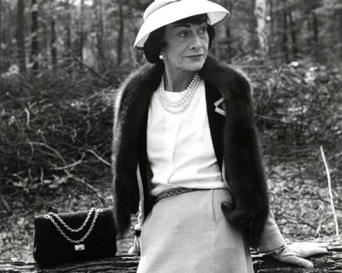 Coco Chanel đã cho ra đời chiếc túi đeo vai, chần chỉ nổi 2.55 từ năm 1955 và ngay lập tức nó trở thành mẫu túi của sự cổ điển, thanh lịch được nhiều phụ nữ khao khát