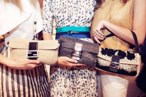 Baguette của Fendi không chỉ xuất hiện dưới nhiều màu sắc, chất liệu, hình thức trang trí mà còn là cảm hứng cho bộ sưu tập USB xinh xắn