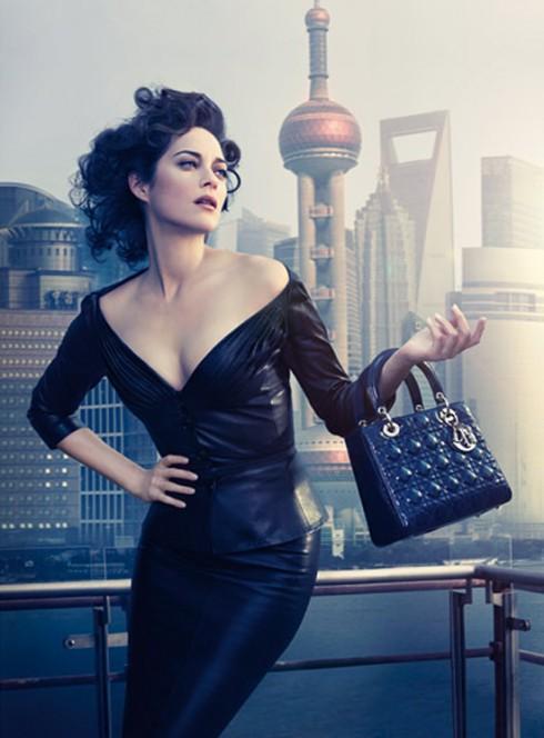 Năm 1995, sau khi công nương Diana xuất hiện với mẫu túi vuông thanh lịch của Dior, nó lập tức tạo nên một cơn sốt và cũng từ đó mang tên gọi Lady Dior