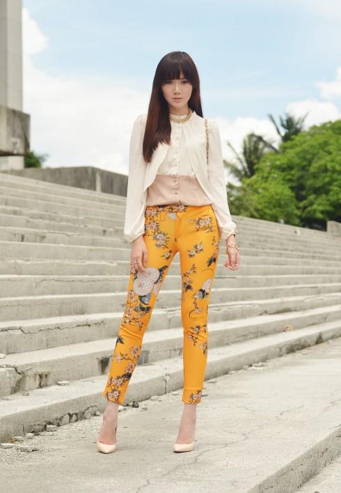 2. Camille xuất hiện nữ tính trong chiếc áo chiffon cách điệu cùng quần skinny vàng đất in họa tiết hoa tươi sáng.