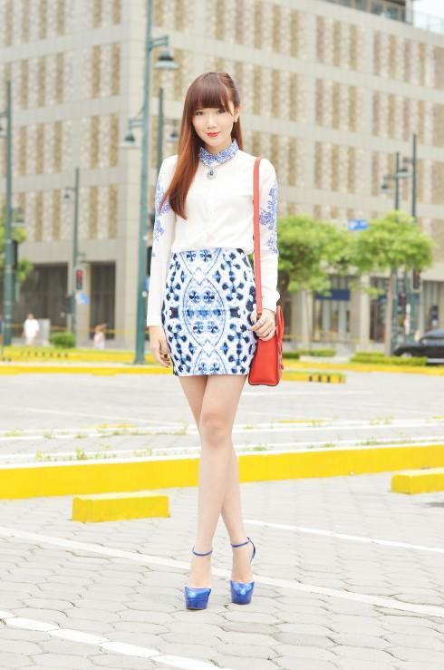 4. Camille đặc biệt yêu thích những họa tiết cách điệu từ hoa văn cổ của Trung Hoa: Một chiếc váy in họa tiết cách điệu cùng sơmi trắng điểm xuyết hoa văn trang trí đầy nữ tính.