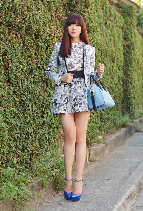 7. Camille quyến rũ và thanh lịch trong trang phục cùng tông màu với họa tiết in đa dạng, kết hợp cùng túi xách Givenchy xanh da trời.