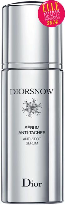 """<strong>7. Diorsnow anti-spot serum - DIOR</strong><br /> Tinh chất """"thông minh"""" đầu tiên có khả năng tập trung giải quyết những vết nám, đốm nâu có sẵn và đang hình thành. Thành phần gồm có hợp chất nước băng tan độc quyền của Dior giúp làm sáng da; chiết xuất hoa cẩm quỳ dạng cô đặc giúp phục hồi và tăng cường filaggrin (một loại protein đặc biệt trong da giúp hạn chế sự sản sinh của melanin). 2.940.000 VNĐ/30ml"""