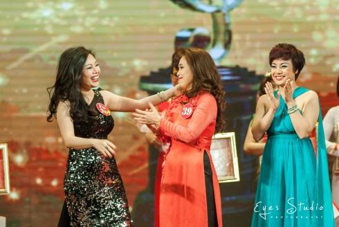 Ngọc Ánh Kim (đầm đen) nhận giải Nhất