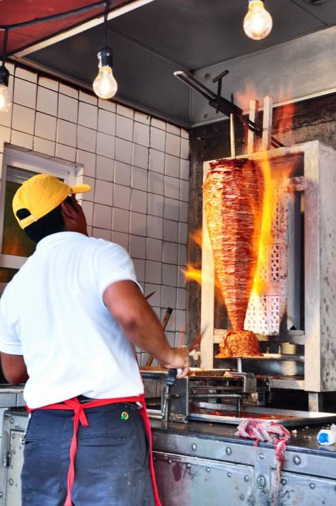 Đầu bếp chuẩn bị cho món tacos Al Pastor