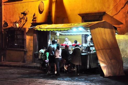 Tacos ngon nhất tôi từng ăn trong một tháng rưỡi ở Mexico là của chiếc xe vỉa hè này, ở thành phố San Miguel de Allende