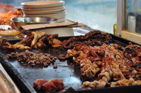 Nhân tacos được làm nóng, cắt nhỏ trên chảo trước khi rắc lên bánh bột ngô tortilla