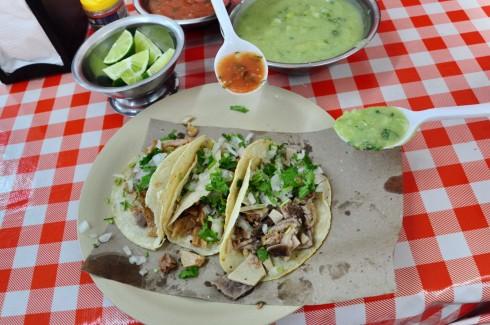 Tacos với các loại sốt ớt (salsa). Sốt ớt màu xanh chính là salsa verde, thơm và cay xé