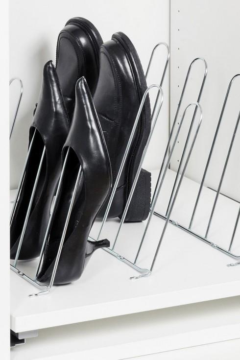 Với chiếc kệ giày đơn giản này, bạn có thể bảo quản được những đôi giày đế thấp hoặc vừa.