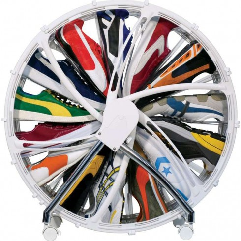Nếu yêu thích những đôi giày kiểu dáng thể thao, bạn nên sắm một chiếc kệ tiện dụng, gọn gàng như thế này