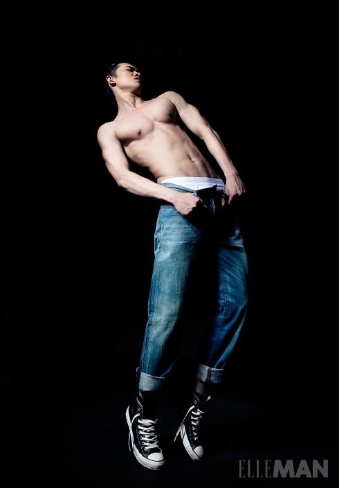 Blue Jeans<br/>Quần jeans màu xanh cổ điển của Levi's, Nội y Calvin Klein Underwear, Giày sneakers Converse (của Stylist)