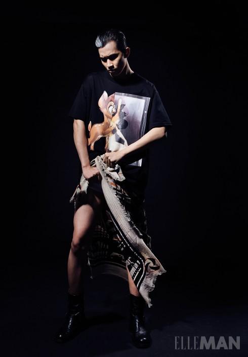 Printed T-Shirt <br/>Áo phông in họa tiết kỹ thuật số của Givenchy By Riccardo Tisci (Rex Hotel Boutique), Khăn quàng cổ len mỏng (buộc làm xà rông) Hermès, Bốt Biker Pedro (của Stylist)