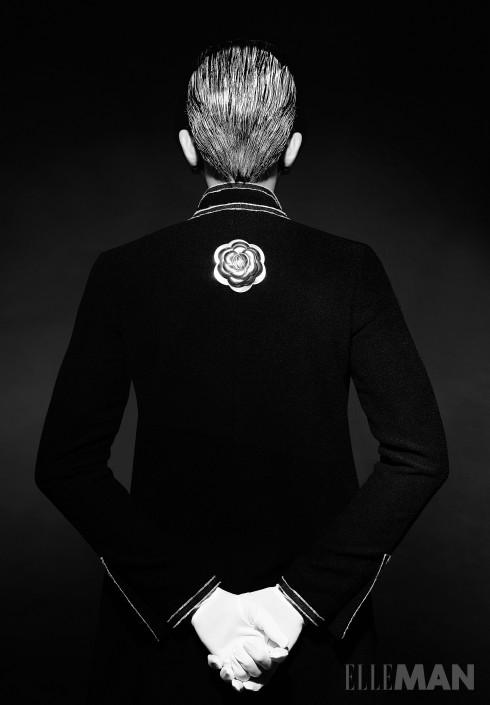 Little Black Jacket<br/>Áo khoác đen vải tweed kinh điển của Chanel, Cài áo hoa trà bằng kim loại Chanel, Găng tay của Stylist.