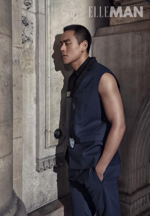 """Áo khoác len xanh đen dáng hộp không có tay, ghép patchwork nhiều mảng chất liệu, Áo sơmi chất liệu cotton không tay đính chữ viết tắt """"CD"""" bằng kim loại, Quần chất liệu len Dior Homme"""