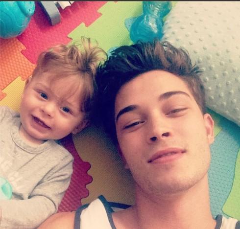 Francisco Lachowski: Chàng trai thích chia sẻ hình ảnh của cậu con trai và viết lời tựa toàn bằng hashtag.