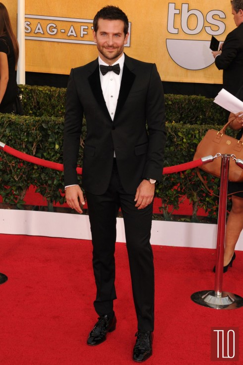 3. SAG Awards 2014: Bradley Cooper mặc tuxedo đen của Gucci với dáng ôm gọn, cài tay áo David Yurman và đồng hồ IWC.