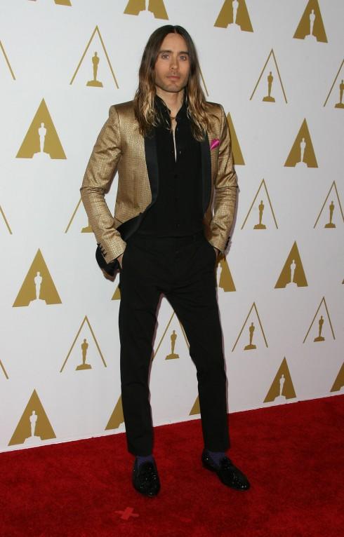 5. Tiệc công bố đề cử Oscar 2014: Chàng diễn viên điển trai với đôi mắt xanh Jared Leto chọn bộ tuxedo màu vàng gold của Saint Laurent. Rất hợp với mái tóc nhuộm vàng ombre của anh!