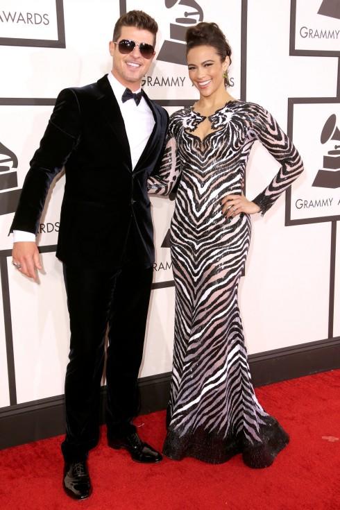 6. Grammy Awards 2014: Robin Thicke trông thật đỏm dáng và trẻ trung trong bộ suit nhung xanh đậm của Giorgio Armani, cài tay áo David Yurman và mắt kính phi công.