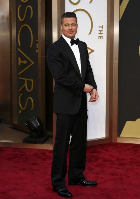 8. Lễ trao giải Oscar 2014: Nam diễn viên kì cựu Brad Pitt chọn bộ suit có phom dáng cổ điển của Tom Ford. Mái tóc cắt ngắn khiến anh trông trẻ trung và phong độ hơn bao giờ hết.