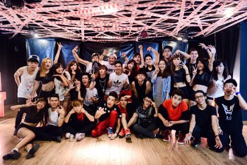 ST.319 đông đủ cùng staff team sau một buổi quay của nhóm (8/2013)